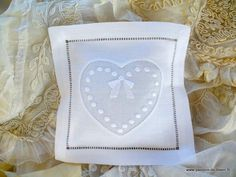 Ambiance déco et parfumée/ Petit coussin senteur coeur plumetis brodé main en brodreie blanche et fil tiré avec lavandin