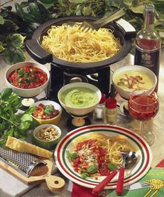 Receitas - Fondue de esparguete com molhos diferentes - Petiscos.com Fondue Recipes, Wine Recipes, Paleo Recipes, Food Platters, Food Dishes, Cheap Meal Plans, Christmas Food Treats, Italian Party, Spaghetti Dinner