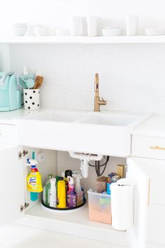 Trendy Bathroom Cabinets Organization Under Sink Cleaning Supplies Ideas Cleaning Supply Storage, Cleaning Closet, Kitchen Cleaning, Organizing Cleaning Supplies, Tupperware Organizing, Apartment Cleaning, Apartment Essentials, College Essentials, Bathroom Cleaning