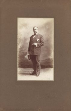 Retrato, de Witcomb. Buenos Aires, 1909, 22 x 12,5 cm, en h. de 40 x 26 cm.  [Colección de material gráfico de Vicente Blasco Ibáñez]
