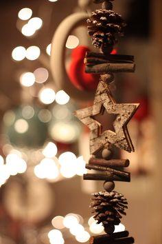 Приближающаяся новогодняя пора для многих — это время вдохновения и творчества. Хочется быстрей залезть в дальний угол шкафа, вытащить новогоднюю красоту и наряжать, наряжать, наряжать... Но, вроде, и рано еще. И вот, берем все, что под рукой, и начинаем делать из этого украшалочки! Я очень люблю новогодние украшения в природном стиле, из натуральных материалов — это так по-настоящему, так уютно.