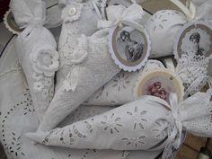 Zauberhafte Spitztüte genäht aus antikem Leinen,Spitzen,Spitzenelementen. Gefüllt mit feinem,französischem Lavendel. Jedes Teil fällt anders au...