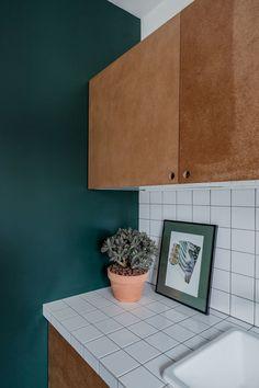 Appartement Paris 10 : un deux-pièces transformé en grand studio cosy - Côté Maison Bathroom Interior Design, Kitchen Interior, Kitchen Decor, Casa Loft, Home Coffee Stations, Kitchen Benches, Handmade Kitchens, Cuisines Design, Kitchen Styling
