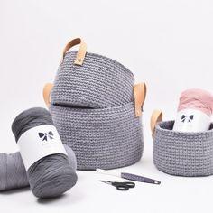 Ribbon kurv med hank av lær i 3 størrelser fra Hobbii Crochet Home, Knit Or Crochet, Ribbon Yarn, Loom Knitting, Leather Handle, Crochet Patterns, Crochet Baskets, Diy, Macrame