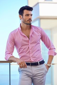 Business casual summer outfit inspiration with a pink button up shirt with rolled up sleeves watch white trousers blue belt. Formal Men Outfit, Casual Wear For Men, Stylish Mens Outfits, Summer Business Casual Outfits, Business Casual Men, Casual Summer, Casual Ootd, Casual Sneakers, Moda Formal