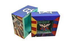 Cada cara de las cajas trae algo representativo del tema del que trata, son cajas de madera para el uso que uno le quiera dar, aún así el diseño artesanal que tienen es maravilloso ya que son hechas y pintadas a mano completamente, dales un vistazo en www.cielitolindostore.com y asombrate con ellas.