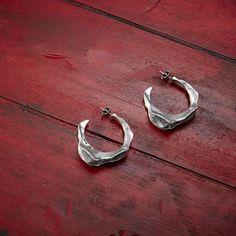 """Trendy and unique, #new """"Pincho"""" #earrings.  Únicos y exclusivos, así son los #pendientes """"Pincho"""". #accesories #fashion #silver #jewels"""