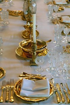 Home Decorating Ideas Kitchen and room Designs Royal Table, Elegant Table Settings, French Table, Garden Sofa, Dinner Table, Fine Dining, Candlesticks, Dining Room, Table Decorations