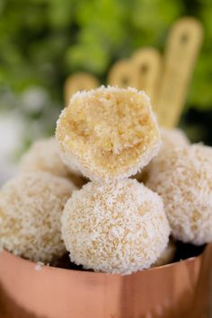 These healthy Lemon & Coconut Bliss Balls take just 10 minutes to prepare, use only 4 ingredients, are freezer-friendly and taste AMAZING! It doesn't get any better than that! Healthy Sweet Snacks, Healthy Sweets, Sweet Treats, Coconut Recipes Healthy, Healthy Lemon Desserts, Thermomix Recipes Healthy, Healthy Man, Raw Desserts, Healthy Baking