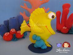 Personagem Bubbles, do filme Procurando Nemo. Duas alturas disponíveis. 20 e 30cm.  Em feltro com enchimento de fibra de silicone. Ficam em pé sozinhos, com base.  Personagens, algas e corais disponíveis para montar o kit. Monte seu kit como preferir! Consulte! :)  De 16cm a 20cm de altura. Corais: de 13cm a 34cm de altura   Personagens do kit: 10 personagens: Nemo Marlin (pai do nemo) Dory (peixe azul) Squirt (tartaruguinha) Bubbles (peixe amarelo) Gill (peixe preto e branco) Bloat (peixe…