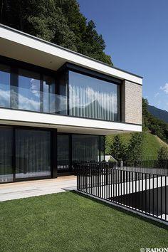 Aicher ZT GmbH, Schruns, Norman Radon, RADON photography, Einfamilienhaus, Schindelfassade, Hanglage, Hanghaus, Panoramafenster, Garage, Glasbalkonbrüstung