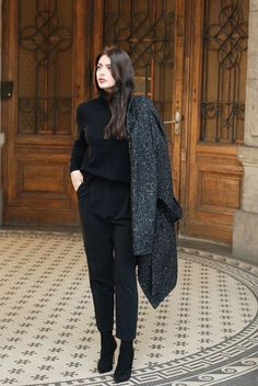 15 black cropped pants, a black turtleneck, black suede booties and a coat - Styleoholic Winter Mode Outfits, Winter Fashion Outfits, Look Fashion, Trendy Fashion, Casual Outfits, Womens Fashion, Fashion Trends, Fashion Weeks, Autumn Fashion