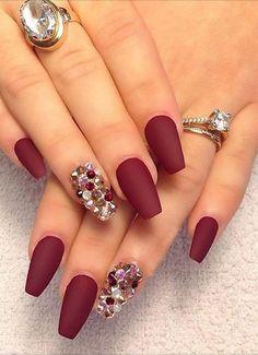 Betonnen Sie Ihren schönen Nägel mit einem matten Nagellack und kleinen Steinen