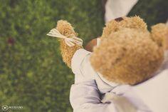 Ring Bearer!! (Desculpa, não poderia deixar de fazer a piadinha do Barney - de How I met your mother)  Ursinho de pelúcias carregando as alianças. Fofo demais!  No Post: Casamento no Sítio - Mariana e João - by Mansano Fotografia
