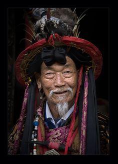 Chine, Naxi Chief. Le peuple Naxi1 (chinois simplifié : 纳西族 ; chinois traditionnel : 納西族 ; pinyin : nàxī zú) est l'une des nombreuses minorités ethniques de la Chine, qui vit dans le Yunnan, principalement dans la préfecture de Lijiang et la préfecture autonome tibétaine de Dêqên.