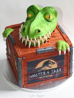Animal - The dino head was my first rkt and modelling chocolate adventure! More adventure will probably follow :) The chest are two stacked cakes size 20 x 20 cm. Wouter came to pick the cake up with his dad this morning, really cute to see that sweet birtday boy's face when he saw his cake!