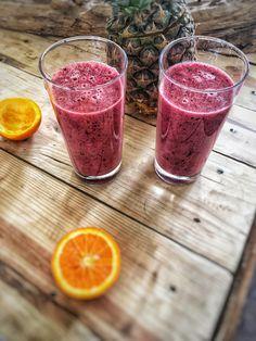 Smoothie met bosvruchten en sinaasappelsap. Deze bosvruchten smoothie zonder yoghurt maak je met slechts 3 ingrediënten en het is een echte vitamineboost.