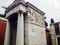 Dalla semplicità del tempio classico greco, prendono forma un intreccio di figure a ricordo dell'imprenditore tessile Andrea Bernocchi, fratello di Antonio Bernocchi