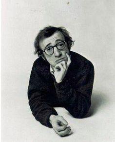 Woody Allen ¿seductor? Sí, para muchas mujeres que valoran la inteligencia, el sentido del humor, la creatividad... por encima de la fuerza, el músculo y la actitud dominante. La expresión del rostro y la actitud entrecerrada y pensativa  provoca ternura y simpatía.