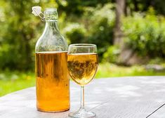 Mead, or honey wine, has come a long way from the days of swords and sorcery. Modern version are light, crisp and simply wizard! Prosciutto, Mead Alcohol, Cider Tasting, Old English Words, Honey Wine, Alcoholic Drinks, Beverages, Road Trip Snacks, It's Going Down