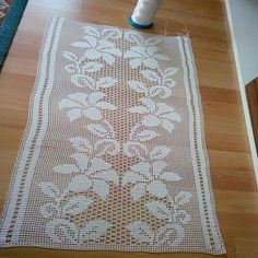 This Pin was discovered by HUZ Filet Crochet Charts, Crochet Borders, Crochet Flower Patterns, Crochet Designs, Crochet Table Runner, Crochet Tablecloth, Crochet Doilies, Crochet Home, Irish Crochet