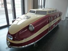 Prototipo de locomotora VW-Porsche con motor industrial 1954. Movía pequeños trenes construidos desde 1954 hasta 1971 utilizados en parques y jardines botánicos.  Arrastraba 3 vagones con una capacidad total de 90 pasajeros. Museo de Hamburgo