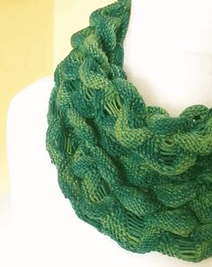Knitting Patterns Scarves finally I have something nice for you a new free tutorial 'LOOP DEVILSZWIRN' … Knitting Stitches, Hand Knitting, Knitting Patterns, Cowl Patterns, Hand Knit Scarf, Knit Cowl, Crochet Scarves, Knit Crochet, Tejidos