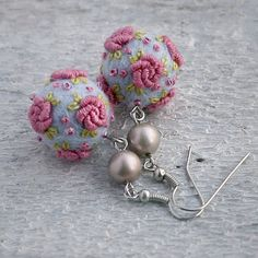 "Vintage style merino wool/felt ball rose earrings in light blue and ""old"" pink (inpsiration)"