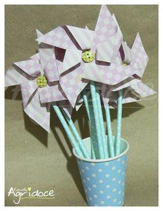 Kit com 8 cataventos feitos em papel de scrap rosa com cabinho de canudo colorido e finalizados com botão especial. <br>Ficam lindos decorando as mesas da sua festa, vasos de flores e bolos! <br> <br>Tamanho dos cataventos: 23 x 10 cm. <br> <br>Pronta entrega! Enviamos em até 3 dias úteis após confirmação de pagamento.