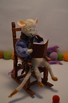 Ratón lector en mecedora Mouse rocking por CoxayuyoArtesanias