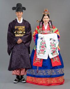 Hollyebok and Hwarot – Korean Wedding Dresses: Hollyebok (혼례복) is the hanbok (Korean clothing) for Korean wedding ceremony and it is very bright in color. Hwarot is the gown for Korean brides. Korean Hanbok, Korean Dress, Korean Outfits, Men's Outfits, Korean Bride, Korean Wedding, Korean Traditional Dress, Traditional Dresses, Korean Couple