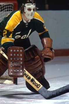 A great goalie on some truly poor Golden Seals teams, Gilles Meloche saw a lot of pucks come his way. Hockey Shot, Hockey Goalie, Hockey Games, Ice Hockey, La Kings Hockey, Hockey Pictures, Goalie Mask, Pittsburgh Penguins Hockey, Vancouver Canucks