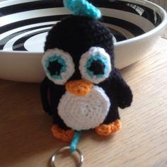 Lille hæklet pingvin nøglering med opbevaring i maven.