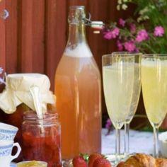 Rabarbersaft med jordgubb Flute, Alcoholic Drinks, Juice, Bottle, Tableware, Glass, Smoothie, Food, Water