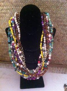 collar de 10 hilos en piedras naturales multicolor y cadena de aluminio costo $500