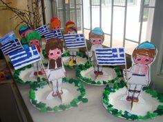 Τσολιαδάκι σε χάρτινο πιάτο Greek Alphabet, National Holidays, National Days, 25 March, Spring Crafts, Craft Patterns, Pre School, Preschool Activities, Crafts For Kids