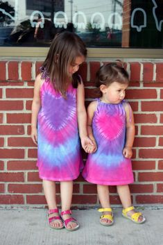 How to make a Tie Dye Heart Dress from a Men's Undershirt :: Tie dye is a great way to add color to your summer life. this great video tutorial from Little Pink Monster. You have to check out how to make these super cute tie dye heart dress. Shibori, Little Girl Dresses, Girls Dresses, Tie Dye Heart, Make A Tie, Diy Clothes Videos, Cool Ties, Textiles, Heart Dress