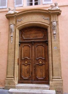 Alte edele Tür in Frankreich, Haustür aus Holz