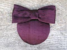 Lulu - Headpiece in der Farbe Aubergine / Marsala, aus Dupionseide, mit schöner Schleife aus dem gleichen Material. Perfekter Kopfverdreher, für ein Date,