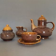 """Serwis do herbaty """"Nefryt"""", porcelit Mirostowice, proj. A. Sadulski, lata 60."""