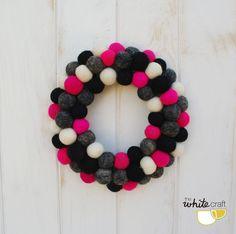 Corona de bolas de fieltro / Felt ball wreath