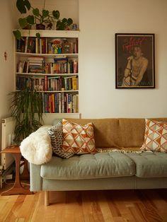 Small Home Interior Creative Living - Jiro Bevis Small Living Rooms, Living Room Sets, Living Room Furniture, Living Room Decor, Modern Living, Furniture Legs, Garden Furniture, Furniture Design, Luxury Living