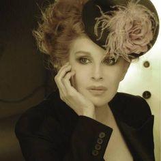 Clotilde Acosta Badaluco, mejor conocida en el ámbito artístico como Nacha Guevara, es una bailarina, actriz, directora teatral y cantante argentina. Beautiful Celebrities, Beautiful Actresses, Diva, Dreadlocks, Celebs, American, Hair Styles, Image, Beauty