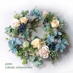 Věnec Hortensia (241) Trvanlivá dekorace vhodná i do exteriéru. Použitý materiál: textilní květy (růže, hortenzie, luční kopr, eukalyptus a další). Doplněno umělými bobulemi a bělenými kořínky. Průměr věnce: 36 cm. Floral Wreath, Wreaths, Home Decor, Homemade Home Decor, Door Wreaths, Deco Mesh Wreaths, Garlands, Floral Arrangements, Decoration Home
