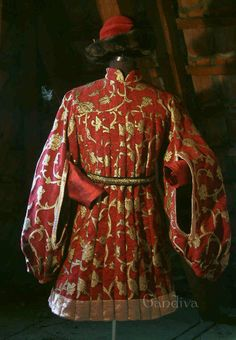 Italian man's cioppa, 1440. (foreign language website, repro garb, nice styles) Made from Gold Brocade