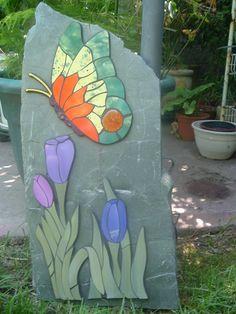 MOSAICOS LEYLA ATUAN: PIEDRAS DECORATIVAS DE JARDIN Mosaic Rocks, Stone Mosaic, Mosaic Glass, Glass Art, Mosaic Designs, Mosaic Patterns, Mosaic Wall Art, Mosaic Tiles, Mosaic Garden