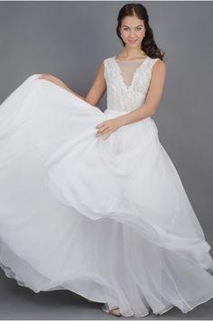 Lehounké svatební šaty s krajkovým živůtkem lehounké splývavé svatební šaty  krajkový živůtek s hlubším V výstřihem 4458ed752b