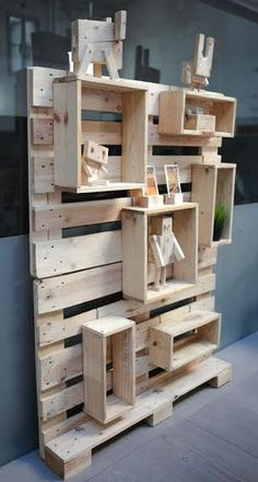 Easy 35 Unique DIY Wooden Pallet Projects Ideas Wood pallets are found in a number of places easily. They are used to ship everything and they can be found behind any strip mall or small business. It is a good idea to check wherever your wooden … Diy Hanging Shelves, Pallet Shelves, Pallet Display, Wood Shelf, Wood Wall, Display Ideas, Craft Booth Displays, Retail Displays, Palette Deco
