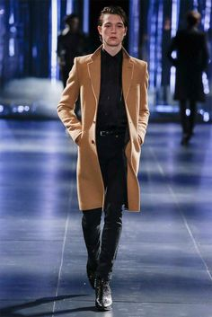 Hedi Slimane presented his Fall/Winter 2015 collection for Saint Laurent, during Paris Fashion Week. Cool is as intangibly elusive as a Gauloises La Fashion Week, Fashion Show, Paris Fashion, Trends 2018, Male Fashion Trends, Mens Fashion, Saint Laurent Paris, Mens Fall, Fall Winter 2015