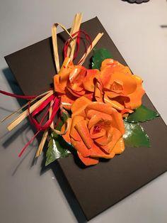 scatola in cartone con rose di carta e rafia